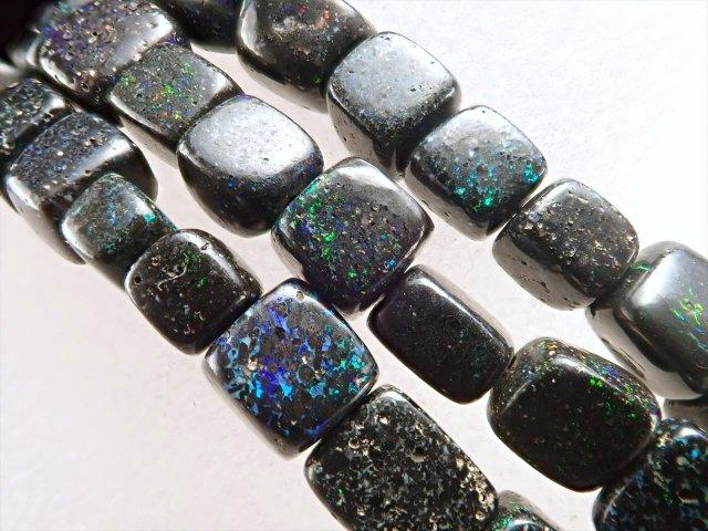 ブラックマトリックスオパールタンブル(黒蛋白石)ワイヤーブレスレット 石サイズ4.5mm-6mm アジャスター金具付き まるで銀河のような遊色 オーストラリア産