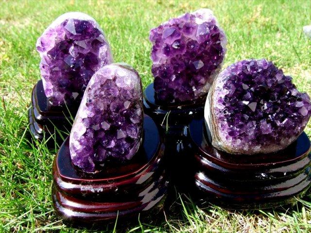 濃い紫4A アメジスト クラスター 小さめサイズ 専用木製台座付き 重さ 100g-200g 高品質 透明感抜群の濃い紫 愛の守護石 浄化やインテリアに ウルグアイ産
