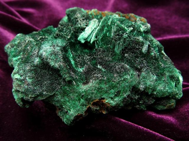 貴重! マラカイト 孔雀石 ナチュラル原石 重さ 240g ベルベットの様な煌めき 1点物 磨き無しの天然原石 原石 コンゴ産
