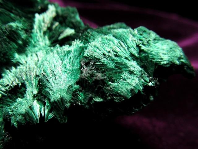 貴重! マラカイト 孔雀石 ナチュラル原石 重さ 130g ベルベットの様な煌めき 1点物 磨き無しの天然原石 原石 コンゴ産