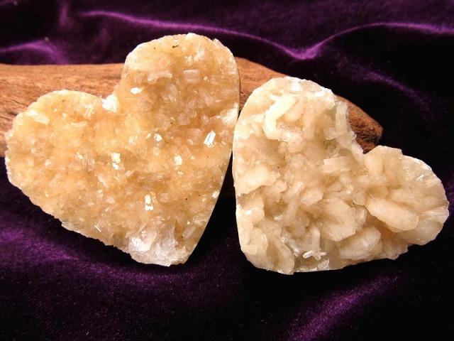 現品撮影の15個 ハート型 スティルバイト 結晶 原石 最大幅 約40mm-55mm 束沸石 創造性 サーモンピンク キラキラ インテリアにも ブラジル産