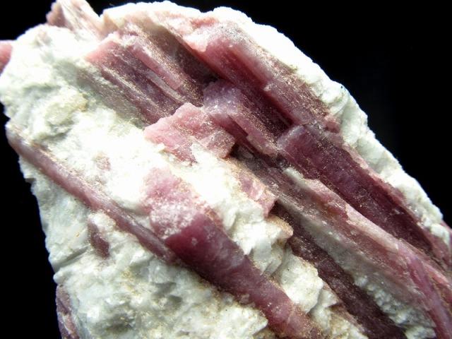 希少原石 ピンクトルマリン 水晶共生 原石 専用木製台座付き 重さ629g 愛情に満ちた石 心身の活性化 健康運の石 1点もの ブラジル産