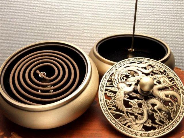 龍神&鳳凰の透かし彫りから煙が立ち昇る 龍神&鳳凰 蓋付きお香立て 幅92mm スティック・うずまき香、両方使える香立て 高品質 銅製
