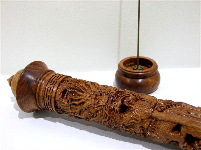 木製 筒型 龍神 透かし彫り彫刻 お香立て 長さ 290mm スティック香立て 蓋付 ウッドインセンスホルダー 縦型タイプ お店や拘りのある方へ