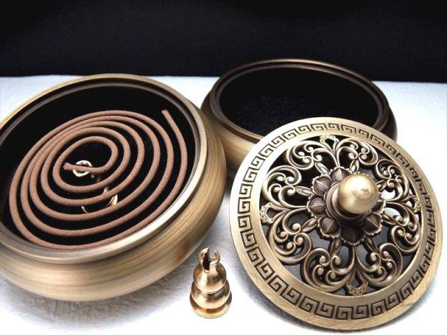 高級感のある透かし彫りから煙が立ち昇る アラベスク柄 高級 蓋付きお香立て 幅92mm スティック・うずまき香、両方使える香立て 高品質 銅製