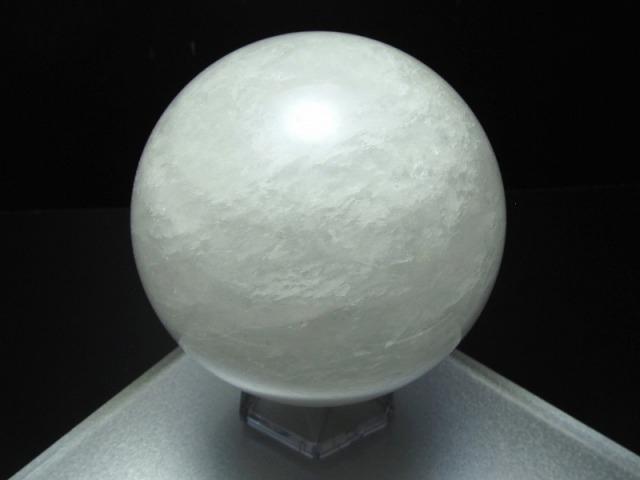 【スノーホワイト水晶 丸玉 (台座付)】重さ 673g φ79mm 龍神の吐く息 極上天然石 一点もの【ブラジル産】