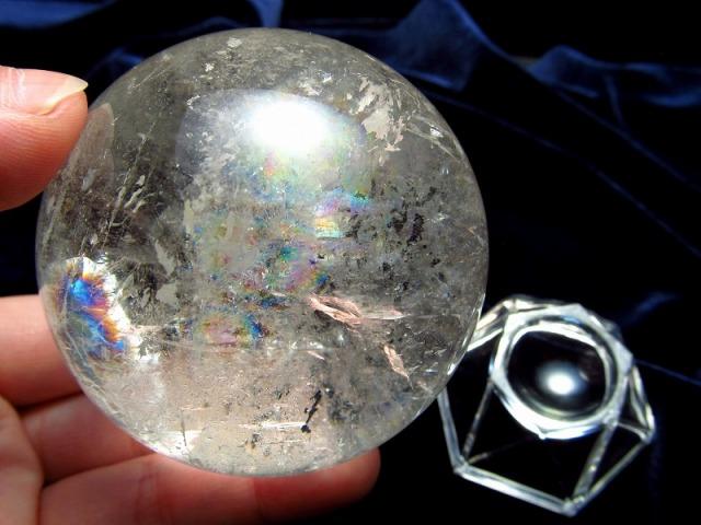 4A 天然水晶 虹入り 丸玉 台座付き 重さ 306g φ60.5mm レインボー水晶 すべての浄化と純粋さの象徴 極上天然石 一点もの ブラジル産