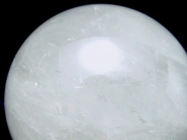 龍神の吐く息 虹入り スノーホワイト水晶 丸玉 台座付 φ78mm 重さ 654g 極上天然石 一点もの ブラジル産