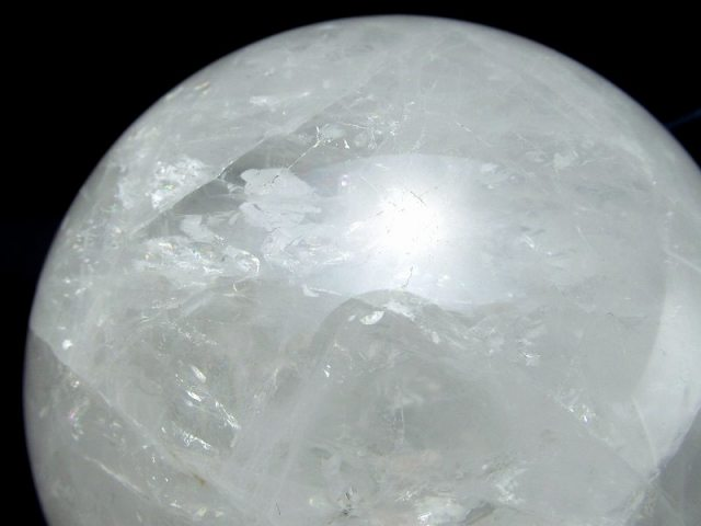 龍神の吐く息 虹入り スノーホワイト水晶 丸玉 台座付 φ75mm 重さ 579g 極上天然石 一点もの ブラジル産