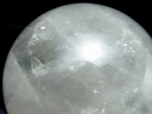 龍神の吐く息 虹入り スノーホワイト水晶 丸玉 台座付 φ74mm 重さ 563g 極上天然石 一点もの ブラジル産