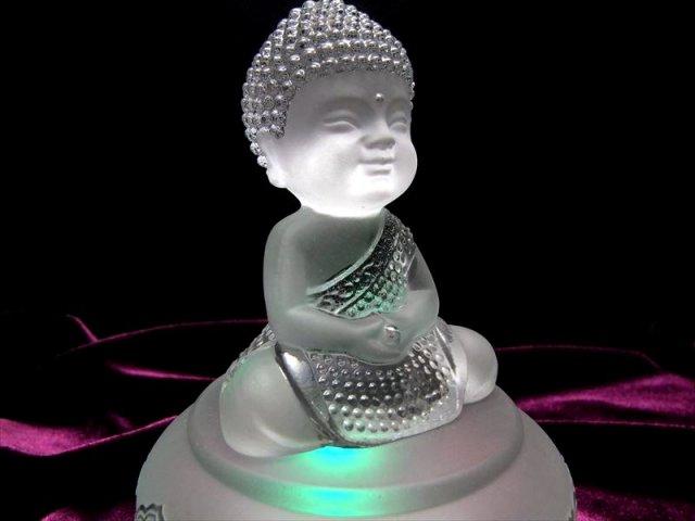 七色に光る ミニ大仏 坐像(ざぞう)阿弥陀如来像 置物 高さ約68mm 風水やインテリアに 瑠璃製