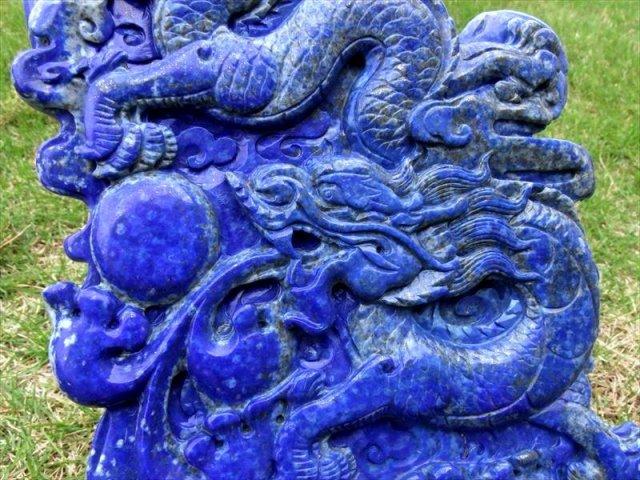 玉持ち龍神 ラピスラズリ 龍彫刻置物 重さ 1342g 高さ295mm(木製台付き) ドラゴンボールモチーフ 一点もの 龍玉付き 9月の誕生石 アフガニスタン産