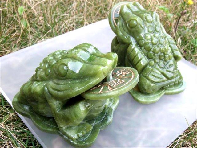目元可愛い インテリアに サーペンティン(蛇紋石)銭蛙 三本脚のカエル 彫刻置物 500-600g前後 縦約10cm×横約7.5cm×高さ約6cm 招財進寶