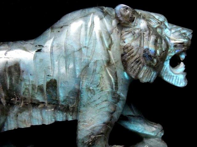 ワイルドタイガー(虎彫り) ラブラドライト 彫刻置物 高さ約115mm 約471g ブルーシラーラブラドライト 毛並みまで表現した彫刻 専用木製台座付き インテリア 1点物 マダガスカル産
