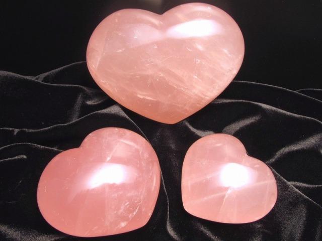 ディープローズクォーツ ハート型 タンブル 重さ約300-320グラム 透明感抜群 つやつや濃いピンク ぷっくり マダガスカル産