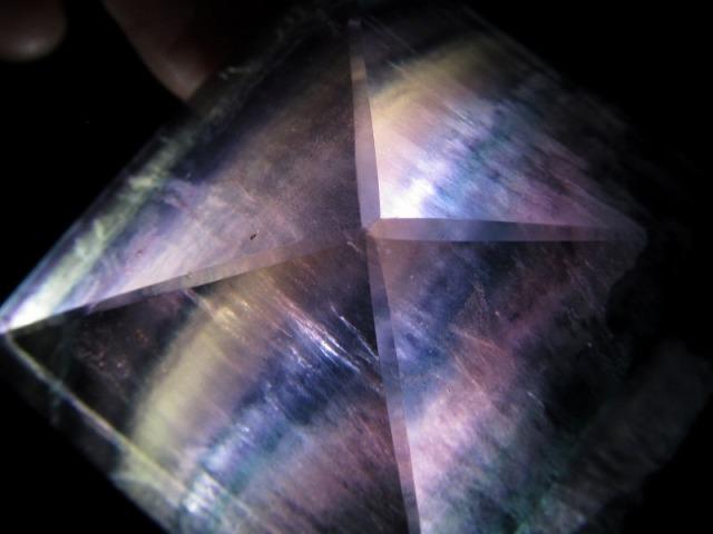 5A フローライト ピラミッド 重さ123g 裏から光をあてると虹色に! 神秘的 置物 天然石 パワーストーン
