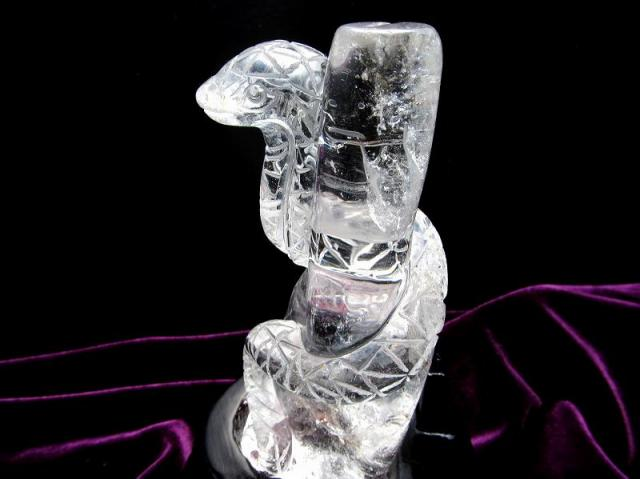 極上一刀彫 透明天然水晶 巻きつく蛇 彫刻置物 専用木製台座付き 高さ約16cm 重さ約539g 大吉開運! 縁起物!知恵・富・繁栄をもたらす 1点物 ブラジル産