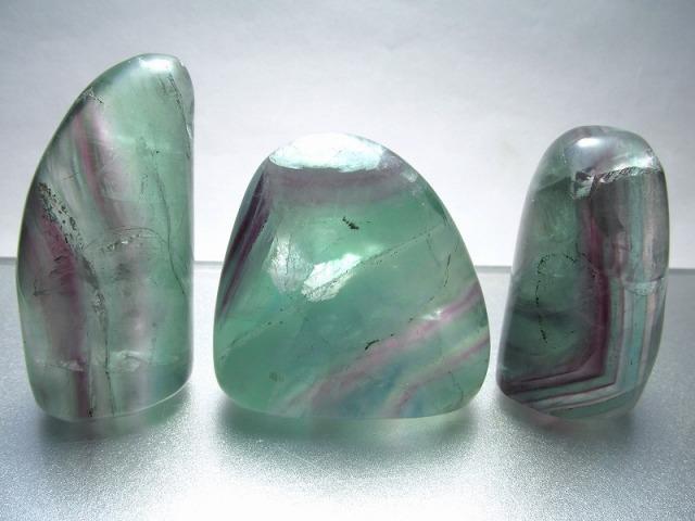 【フローライト ポリッシュストーン】重さ160-180g グリーンパープルカラー 磨き石 受験 未熟な部分を成長させてくれる石