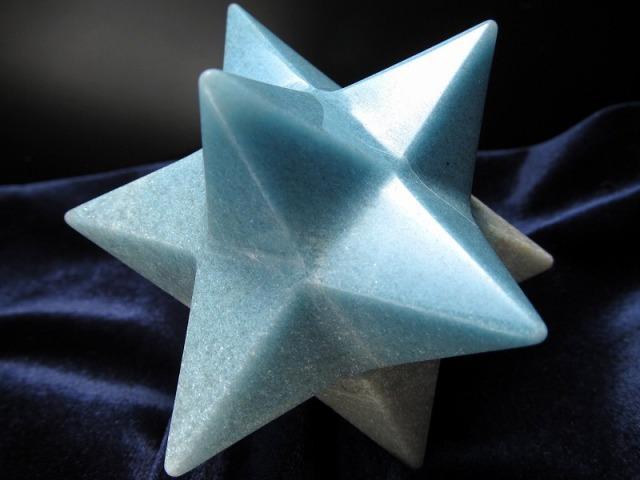 最強形状!! トロレアイトインクォーツ (トロール石) アステロイド(小星型12面体) 置き物 最大幅80cm 重さ205g 五芒星と六芒星と正十二面体を兼ね備える バランスを整える石 精神と肉体の調整に ディスプレイ ブラジル産