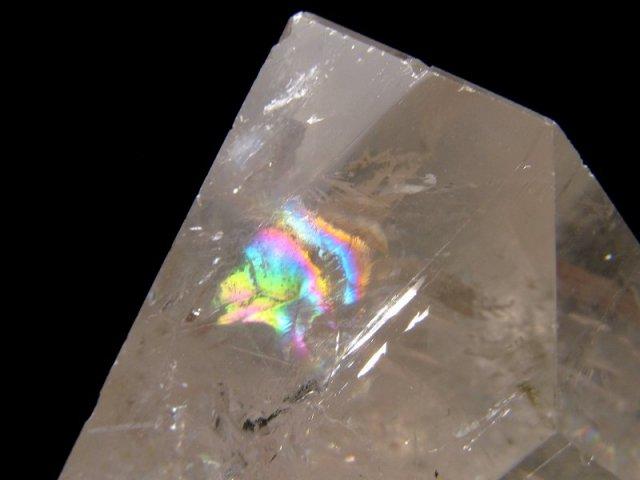 まさに氷の結晶 ロッククリスタル 虹入り 不定形 天然水晶ポリッシュ 原石置物 最大幅約85mm 重さ約560g ブラジル産