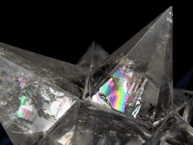 最強形状 虹入り 天然水晶 アステロイド (小星型12面体) 最大幅約116mm 488g 五芒星と六芒星と正十二面体を兼ね備える 精神と肉体の調整に 1点物 ブラジル産