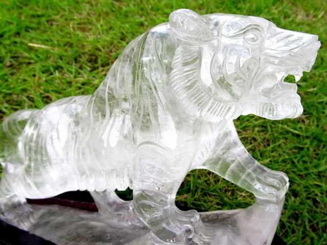 超透明天然水晶使用 ワイルドタイガー(虎彫り) 水晶 彫刻置物 高さ約164mm 約1197g 透明極上の水晶に毛並みまで表現した彫刻 1点物
