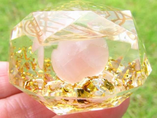 神聖幾何学系 多面体オルゴナイト (ローズクォーツ丸玉入り クロス) 直径約5cm 運気上昇や精神的健康の増進 風水にも