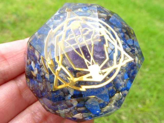 神聖幾何学系 多面体オルゴナイト( アメジストタンブル入り クロス ラピスラズリさざれ) 直径約5cm 運気上昇や精神的健康の増進 風水にも