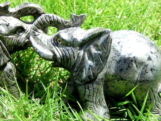 パイライト彫刻 象(ゾウ)彫り置物 サイズ:高さ約75mm-約76mm 重さ約630-690g前後 幸運の象徴! 仕事で成功を収めたい方へ 極上立体彫り
