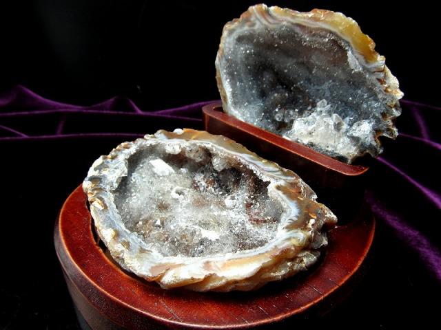 瑪瑙&水晶結晶 トレジャーアゲート 置物 重さ227g 木製台付き トレジャーメノウ 置物 1点物 ブラジル産