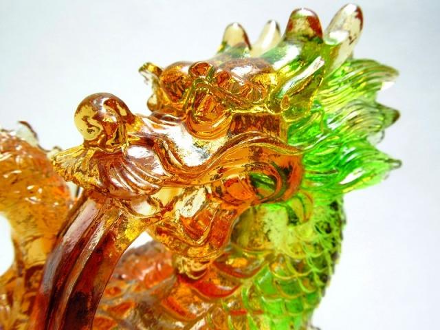 玉持ち龍神 瑠璃製 レインボーカラーの龍置物 横幅約146mm 重さ874g 大吉開運 1点物 インテリアやお部屋のアクセントに♪