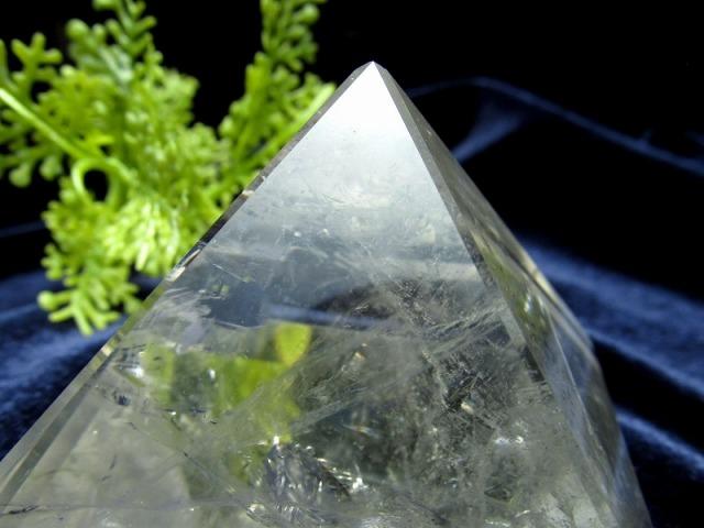 虹入り 天然水晶 ピラミッド置物 高さ40mm 重さ133g 大人気スピリチュアルグッズ ピラミッドパワー ブラジル産