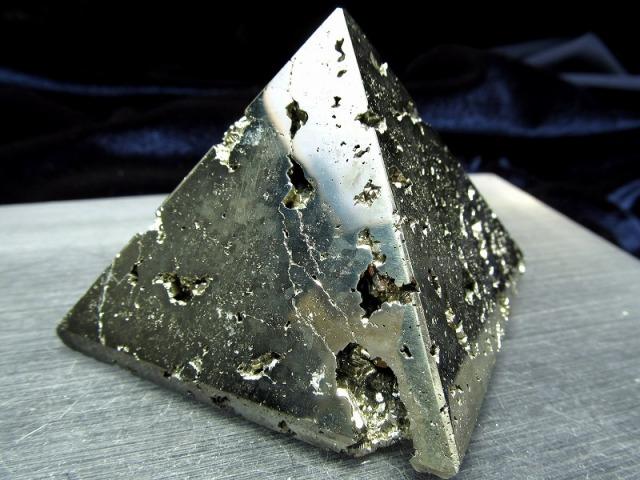 パイライト ピラミッド置物 高さ47.5mm 重さ294g 大人気スピリチュアルグッズ ピラミッドパワー 仕事運・金運アップ 1点物 黄鉄鉱