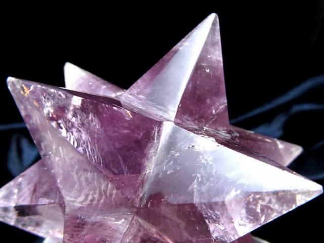 最強形状 虹入り アメジスト アステロイド (小星型12面体) 最大幅約101mm 358g 五芒星と六芒星と正十二面体を兼ね備える 精神と肉体の調整に 紫水晶 1点物 ブラジル産