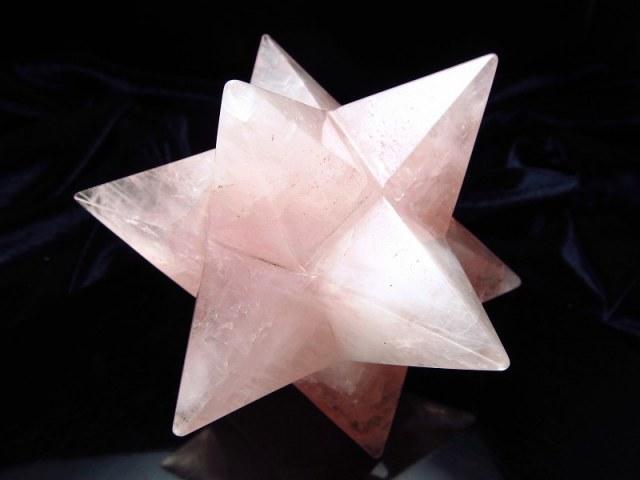 最強形状 ローズクォーツ アステロイド (小星型12面体) 最大幅約106mm 425g 五芒星と六芒星と正十二面体を兼ね備える 精神と肉体の調整に 美・愛・優しさの象徴 紅石英 1点物 ブラジル産