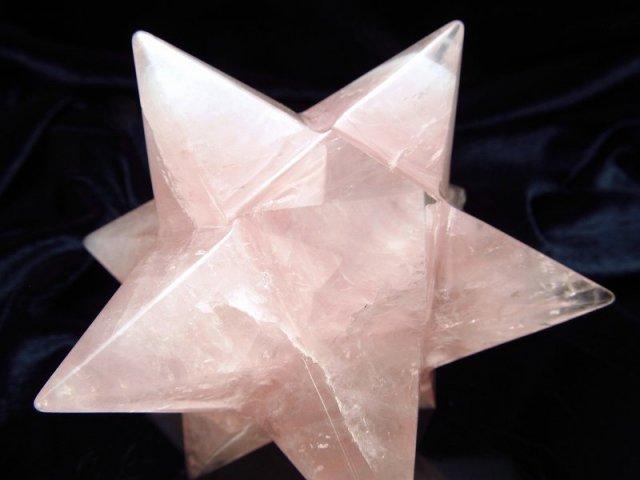 最強形状 ローズクォーツ アステロイド (小星型12面体) 最大幅約92mm 270g 五芒星と六芒星と正十二面体を兼ね備える 精神と肉体の調整に 美・愛・優しさの象徴 紅石英 1点物 ブラジル産