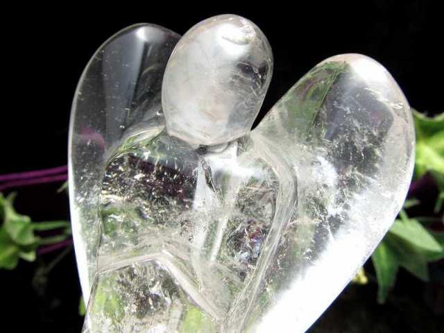 虹入り 天然水晶 エンジェル彫り 置物 重さ 約198g 高さ98mm 幸福を運ぶ天使モチーフ 守護や優しさの象徴 天使クリスタル インテリアや贈り物に 一点もの ブラジル産