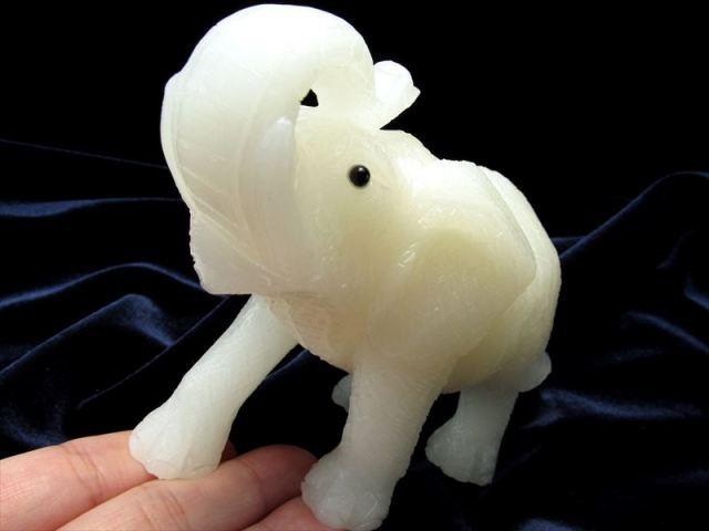 幸運の象徴! 天然石(漢白玉)ゾウ 彫刻置物 最大幅約109mm 重さ430g 1点物 インテリアに 縁起物