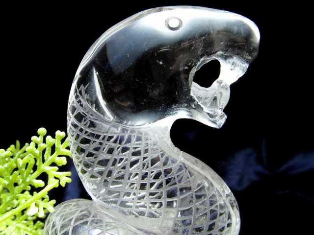 縁起物 白蛇 透明水晶 彫刻置物 高さ約135.5mm 約279g(台座込み) 超透明天然水晶 へびの彫刻 専用木製台座付き 1点物 幸運のシンボル