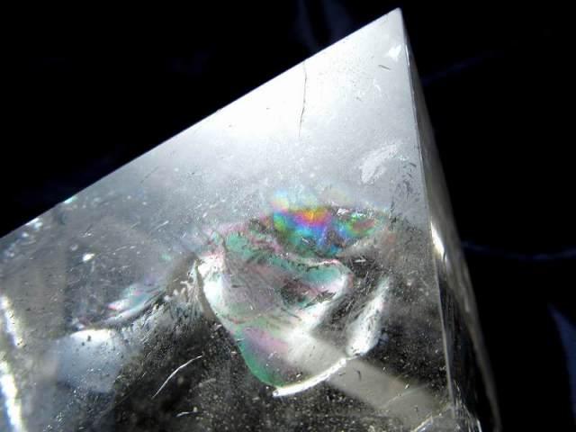 ファントム・虹入り 天然水晶 ピラミッド置物 高さ48.5mm 重さ199g 大人気スピリチュアルグッズ ピラミッドパワー 一点もの ブラジル産