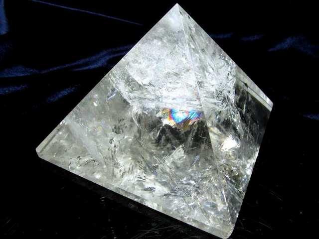 激レア・大き目サイズ 虹入り 天然水晶 ピラミッド置物 底辺幅 約94mm 重さ594g 大人気スピリチュアルグッズ ピラミッドパワー 一点もの ブラジル産