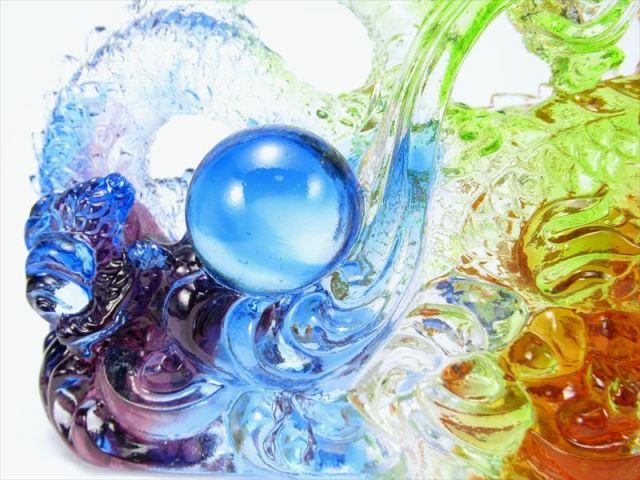 玉持ち龍神 瑠璃製 レインボーカラーの龍置物 横幅約146mm 重さ910g 大吉開運 1点物 インテリアやお部屋のアクセントに♪