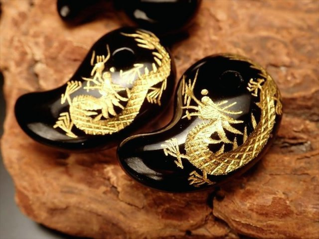 金塗り龍彫りブラックオニキス勾玉 (まがたま)縦約30mm×横約19mm 天然石 ブラジル産
