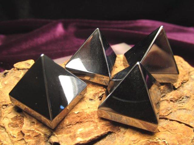 テラヘルツ鉱石 ピラミッド(大) 携帯用ポーチ付き 高さ約19mm-23mm前後×幅約20mm-22mm前後 つやつや光沢で鏡のような表面 大人気 ピラミッド型 話題の 高純度 テラヘルツ 鉱石 2020年 検査機関にて検査済み 本物保証 返品保証