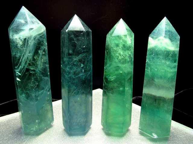 濃い透明感のあるタイプ フローライト(蛍石)ポイント 重さ 100g-110g 1個売り グリーンフローライト 六角柱ポイント 未熟な部分を成長させてくれる石