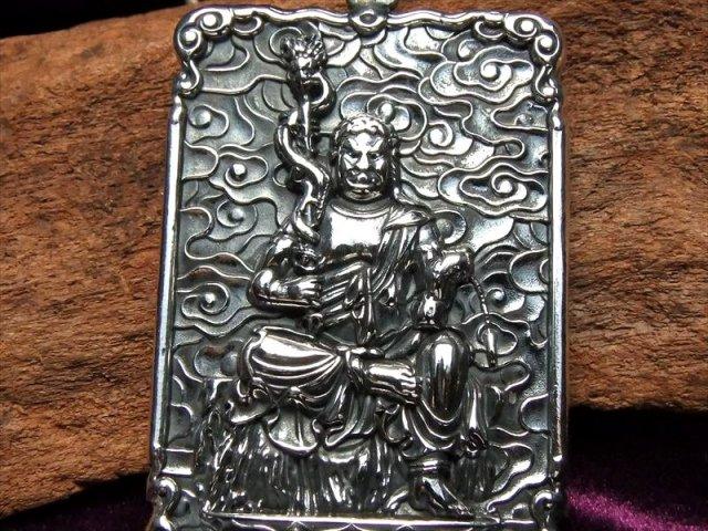 不動明王 高品質シルバー 両面彫刻 不動明王像 彫刻ペンダントトップ キーホルダーにも使える大き目サイズ Silver925
