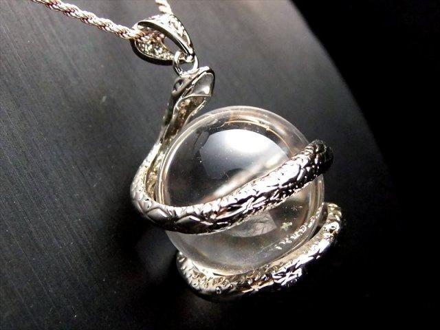シルバー 天然水晶を抱えた白蛇 ペンダントトップ サイズ:縦約32ミリ 水晶の直径約20ミリ 透明水晶にヘビが巻き付く最高の運気アップアイテム of