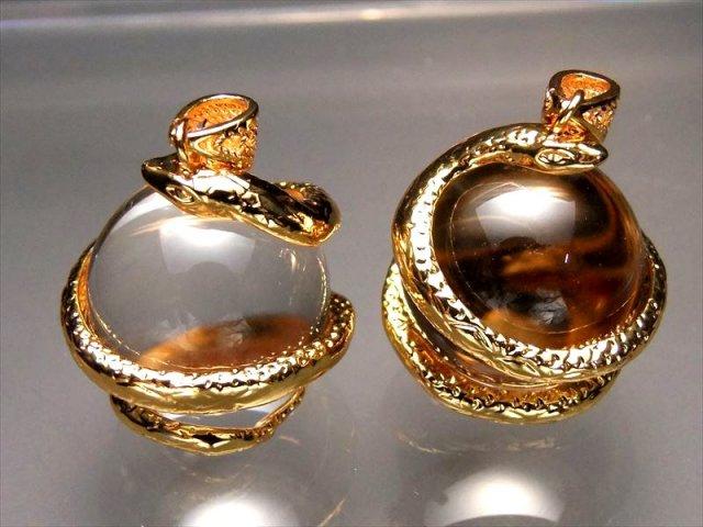 ゴールド 天然水晶を抱えた白蛇 ペンダントトップ サイズ:縦約32ミリ 水晶の直径約20ミリ 透明水晶にヘビが巻き付く最高の運気アップアイテム of
