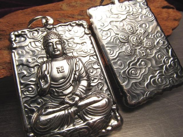 高品質シルバー 大日如来 彫刻 ペンダントトップ 宇宙を遍く照らす密教の最高仏 両面彫刻 キーホルダーにも使える大き目サイズ Silver925 of