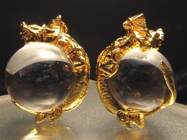 ゴールド 天然水晶を抱えた龍 ペンダントトップ サイズ:縦約30ミリ 水晶の直径約20ミリ 透明水晶に龍が巻き付く最高の運気アップアイテム of